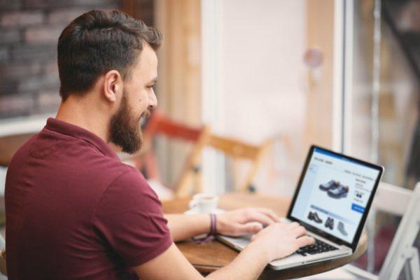 Man sitzt am Laptop und bestellt online